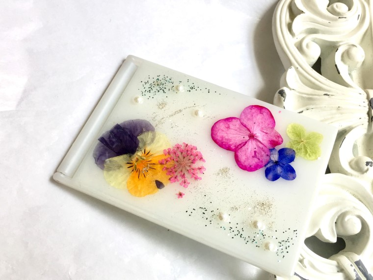 押し花とレジンでデコレーションするミラー