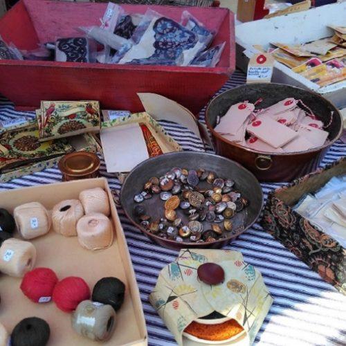 オランダの市場で手芸品を売っている様子