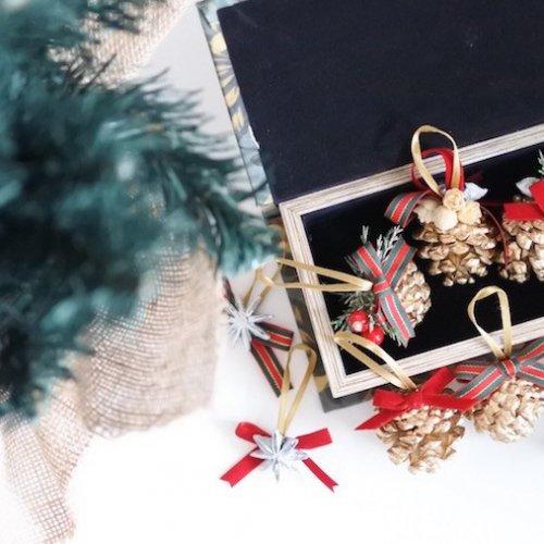 松ぼっくりのきらきらクリスマスオーナメントの作り方