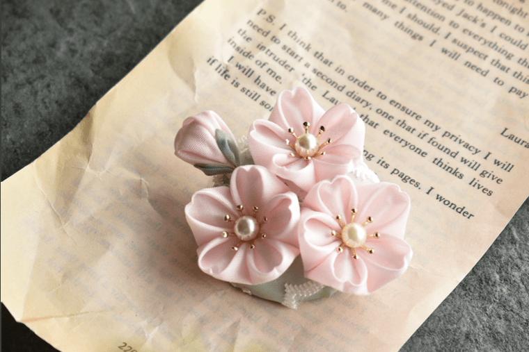 つまみ細工の桜のコサージュ