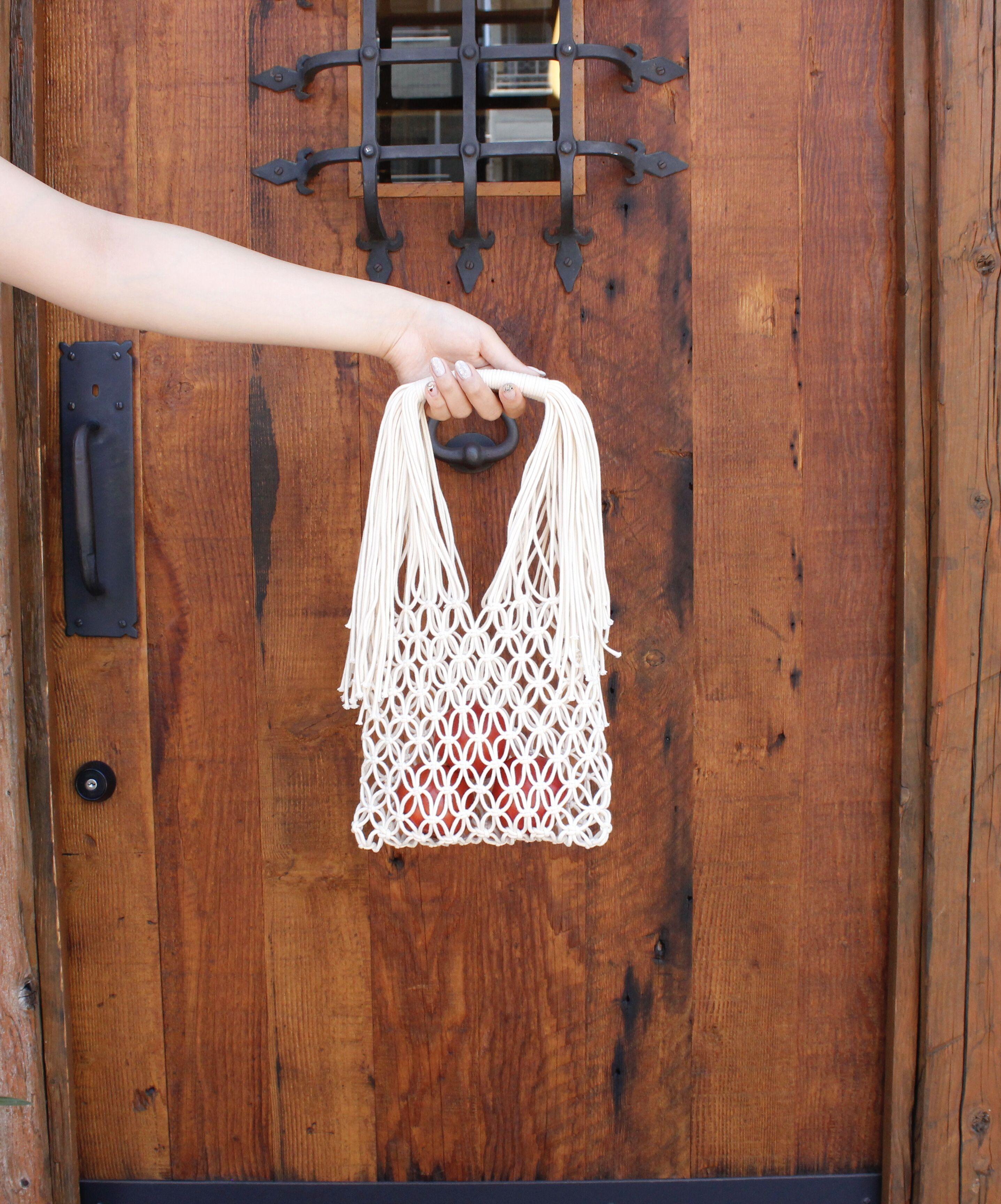 夏にぴったり!レーシーなマクラメネットバッグの写真